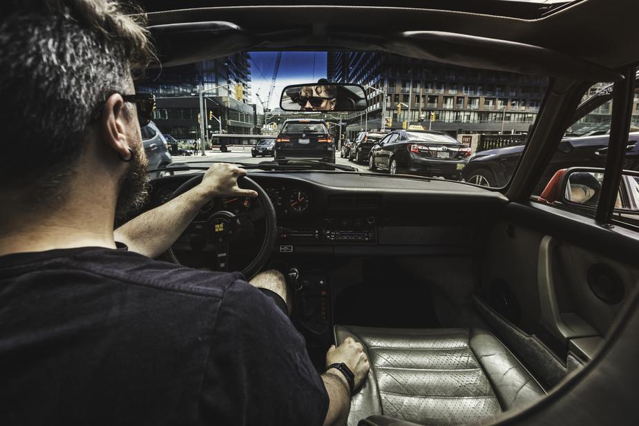 Un chauffeur nous conduit dans la circulation