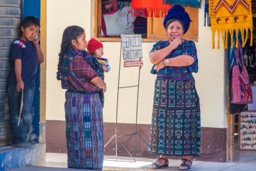Femmes et vêtements traditionnels à Santa Catarina Palopo