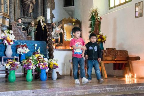 Enfants dans l'église de San Antonio Palopo