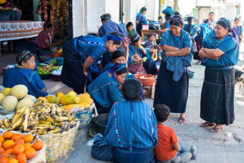 Les femmes échangent les nouvelles sur le marché de San Antonio Palopo