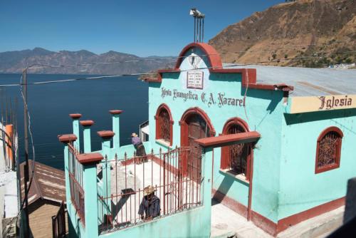 Eglise surplombant le lac Atitlan à San Antonio Palopo