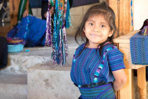 Petite fille en habit traditionnel  à San Antonio Palopo