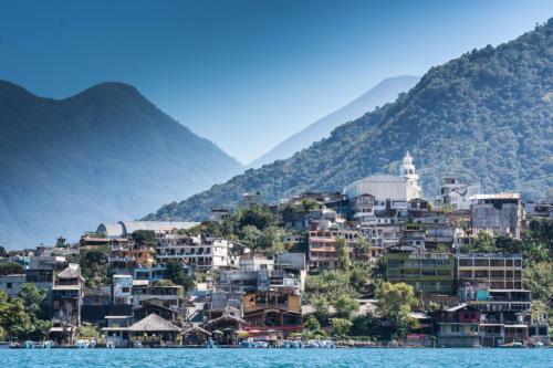 Vue sur Santiago Atitlan et les volcans depuis la lancha