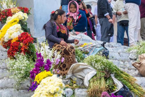 Marché aux fleurs sur les marches de l'église de Chichicastenango