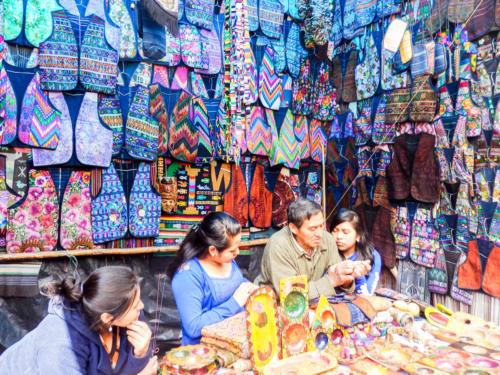 Echoppe tout en couleur au marché de Chichicastenango