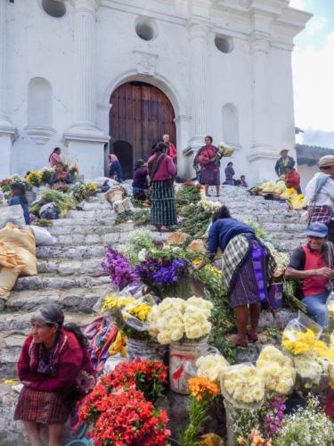 Fleurs de cérémonie sur les marches de l'église de Chichicastenango