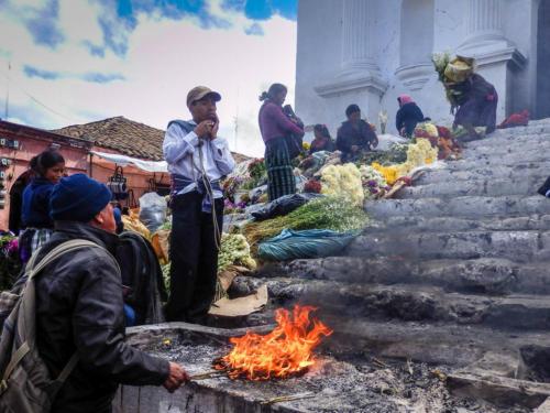 Chichicastenango, le feu autre élément important du syncrétisme maya catholique