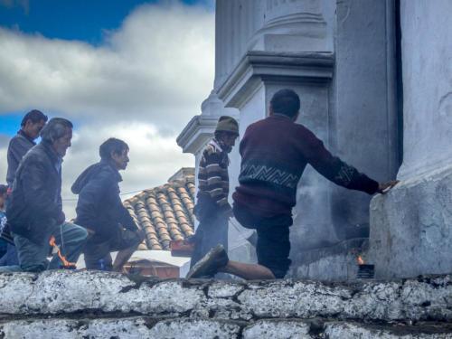 Cérémonie syncrétique aux portes de l'église de Chichicastenango