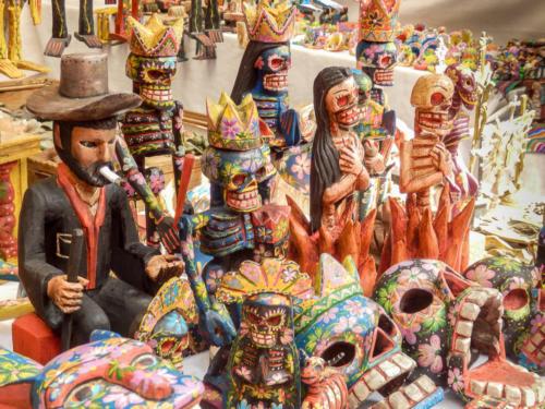Echoppe de figurines en bois colorées au marché de Chichicatenango