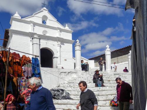 Le marché s'étend entre les deux églises de Chichicastenango