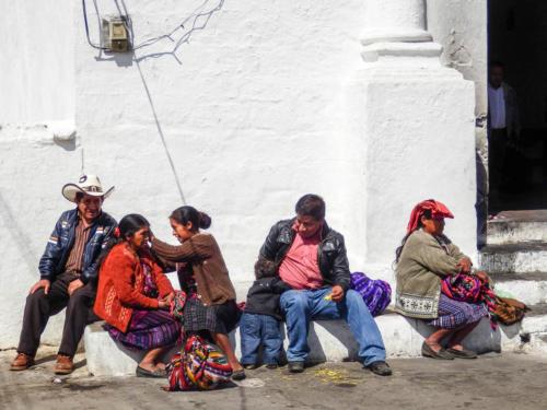 Scènes de vie sur les marches de l'église de Chichicastenango