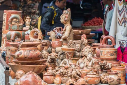 Echoppe de terres cuites au marché de Chichicastenango