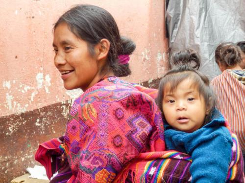 Sourires d'une mère et sa fille à Chichicastenango