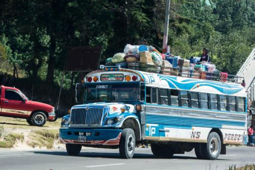 Bus bleu et son chargement