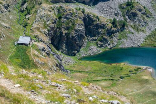 Mercantour, lacs de Vens -  vue sur le lac et le refuge depuis le col de fer